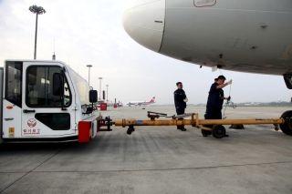10月1日8时01分,川航机务工作人员协助飞机推出 (摄影:高昂)