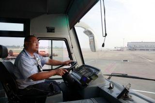 10月1日7时40分,川航地服车队李师傅载着旅客前往指定停机位 (摄影:高昂)