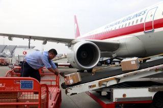 10月1日7时42分,川航物流部工作人员传送旅客托运行李 (摄影:高昂)