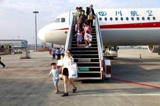 10月1日8时18分,下机旅客喜迎国庆佳节 (摄影:高昂)