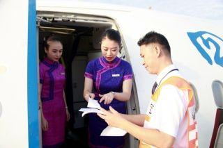 10月1日8时17分,早班回蓉航班抵达双流机场,飞机停稳后,川航工作人员做现场业务交接 (摄影:高昂)