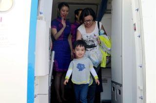 10月1日8时18分,普吉游玩归来的旅客陆续下机 (摄影:高昂)