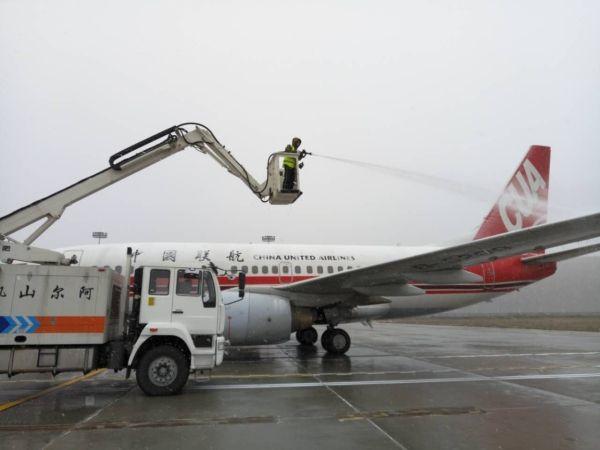 降雪初始,雪的黏度较大,未保障航空器安全起飞阿尔山机场机务10:04