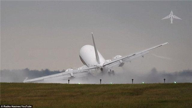 视频:惊悚时刻 飞机降落瞬间被大风吹歪