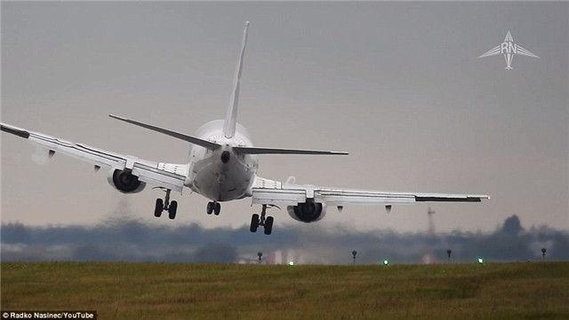 这架波音737飞机在降落的过程中遭遇到强侧风