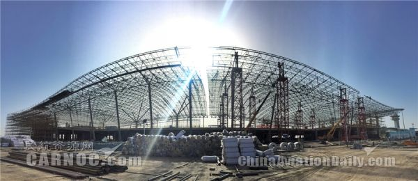 民航资源网2016年10月11日消息:10月8日,随着库尔勒机场新建航站楼网架最后一次提升到位,标志着主体结构正式封顶。网架造型独特,从远处看宛如天鹅在水中翩翩起舞,赋予了山水梨城天鹅故乡的地域特点。   库尔勒机场新建航站楼总建筑面积为2.5万平方米,采用钢筋混凝土框架-钢网架屋面结构,最大跨度36m。根据实际工程特点及提升需要,此工程钢网架采用液压同步提升施工技术,共划分4个区域进行,并设置混凝土柱提升架和标准化格构式支撑胎架两种不同的提升架。经过100多个的日夜施工,总计4296个球,177