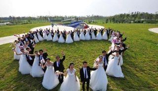 花式秀恩爱 国产直升机助新人办空中集体婚礼