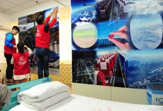 Volunteers from Shanghai-based China Eastern Airlines then helped simulate a vivid flight experience for the girl by decorating the walls as the cabin and simulating the whole flight procedure at the hospital ward.