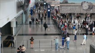 外籍男子香港机场持60cm伸缩警棍被捕