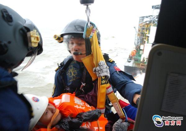 臺風天兩船員被困海上 直升機驚險救助