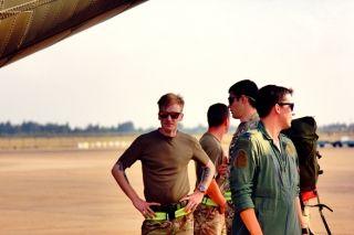 """英国皇家空军""""红箭""""特技飞行表演队抵达珠海航展馆 (摄影:余凯强)"""