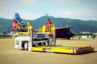"""10月22日下午,英国""""红箭""""飞行表演队抵达珠海,机场方面""""零""""失误保障飞机安全停靠。 (摄影:余凯强)"""