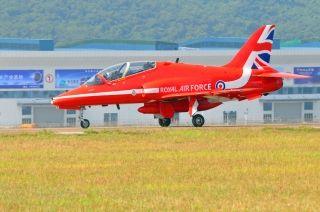 """英国""""红箭""""飞行表演队首次来华抵达珠海金湾机场。 (摄影:珠海空管站赵旻)"""