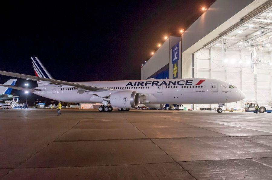 photos boeing 39 s 500th 787 dreamliner rolls out of paint shop in air france livery. Black Bedroom Furniture Sets. Home Design Ideas