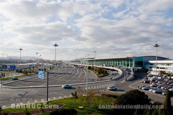 大连机场新机坪扩建工程计划于2017年7月底完工,届时大连机场停机位将达到65个,基本满足未来两年旅客吞吐量增长的需要。