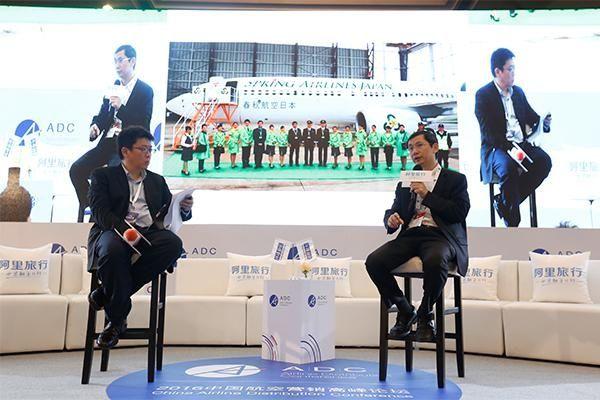 环球旅讯CEO李超(左)对话春秋航空总裁王煜(右)。环球旅讯供图