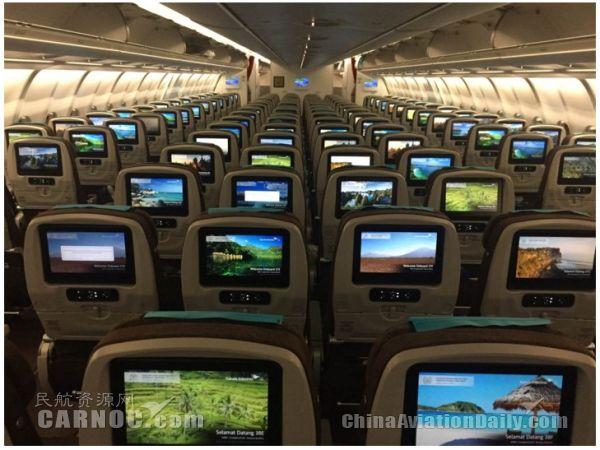 民航资源网2016年10月31日消息:10月31日,印度尼西亚鹰航空公司全新空客A330-300广州直飞巴厘岛首航航班在广州白云国际机场成功起飞。以往印尼鹰航每周3班广州直飞巴厘岛,现在是每天1班使用A330-300执飞广州往返巴厘岛航线,以满足市场的强劲需求。同时, A330-300超钻商务舱为乘客提供卓越的舒适性和可靠性,为业界的机上服务及飞行体验设立了全新的基准。   印尼鹰航华南区总经理达文迪(Dharmawan Juliardy H)先生表示:首先,我们是为了支持印尼政府计划,运送更多中国旅