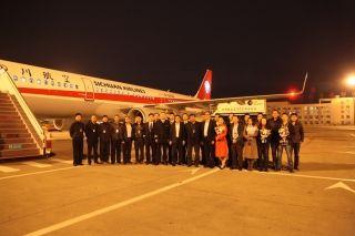 10月28日夜,川航领导赴机坪接机 (摄影:曹星宇)