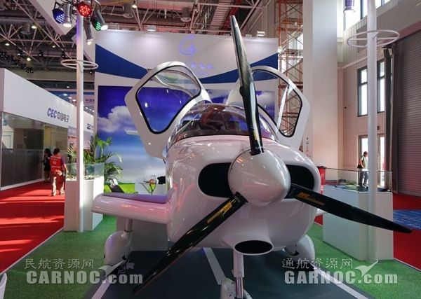 首架民企自主研制通航飞机冠一GA20亮相珠海