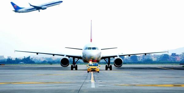 """白云机场黑科技 飞机引路人与机组默契""""对话"""""""