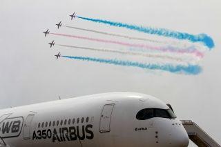 """本届珠海航展上,英国皇家空军""""红箭""""与俄罗斯的""""勇士""""和""""雨燕""""可谓大展雄姿。让我们来看一组高清图片一睹他们的风采。 (摄影:COW BOY)"""