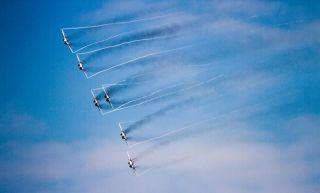 """本届珠海航展英国皇家空军""""红箭""""与俄罗斯的""""勇士""""和""""雨燕""""可谓大展雄姿。让我们来看一组高清图片一睹其风采。 (摄影:COW BOY)"""