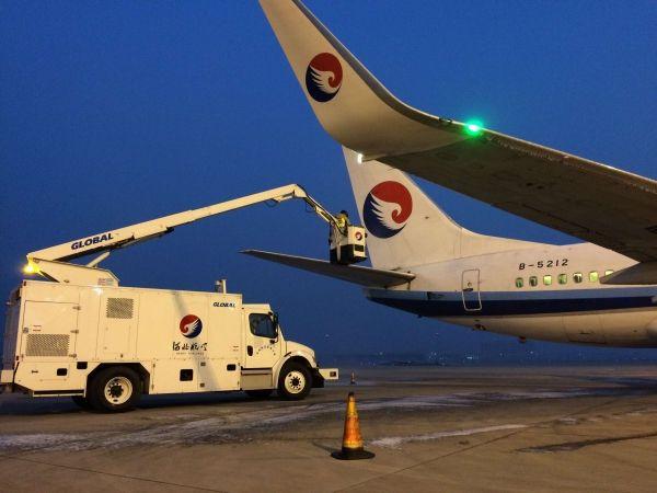 河北航空自购除冰车辆正式投入使用