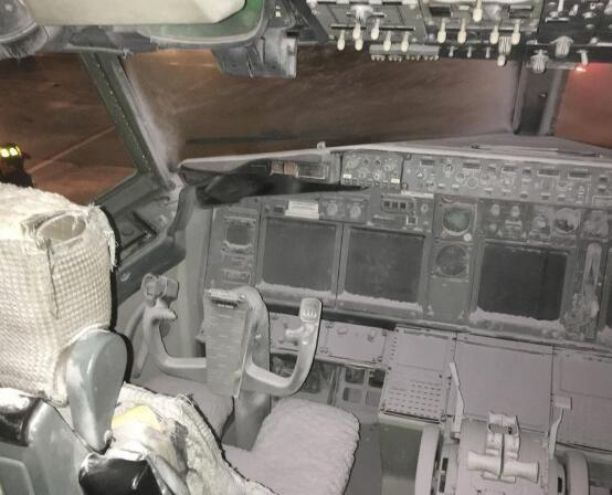客机进行维护时驾驶舱起火 起火原因未知
