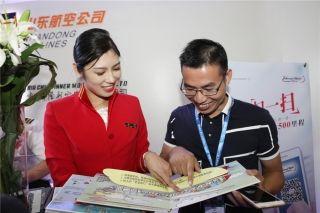 深圳航空乘务员在展台上向观众介绍乘机安全知识 (摄影:白新宇)