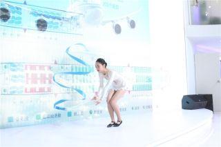 西藏航空公司乘务员带来一段优美的舞蹈 (摄影:白新宇)