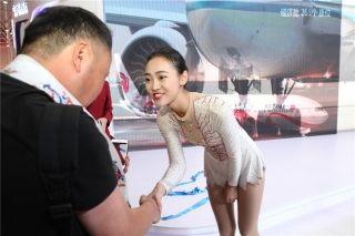 舞蹈结束后,西藏航空乘务员将洁白的哈达献给在场观众 (摄影:白新宇)