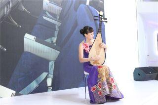 山航乘务员为观众献上一曲琵琶演奏《青花瓷》 (摄影:白新宇)