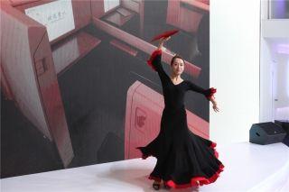 澳门航空公司乘务员为观众带来一段激情四射的舞蹈 (摄影:白新宇)