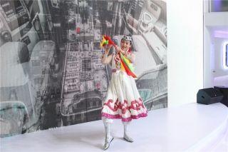 内蒙古航空公司乘务员为观众带来民族特色舞蹈 (摄影:白新宇)