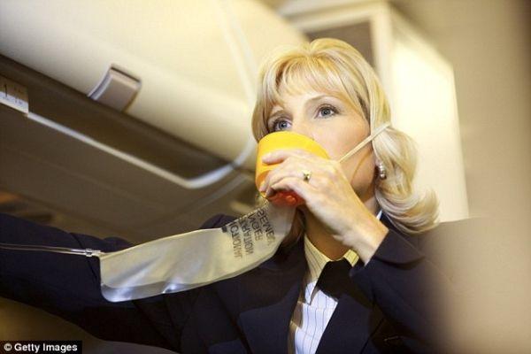航司飞安主管:机舱烟雾有毒 氧气罩不起作用!