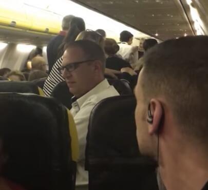 疯狂斗殴者掌掴空乘 围观乘客皮带将其捆绑!