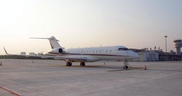 图:一架公务机停靠在南通兴东国际机场