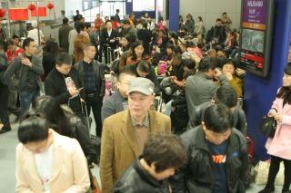 成都机场遭受大雾天气 致近万名旅客滞留