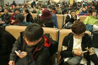 成都机场在今(12日)天再次遭受大雾天气,并影响到昨日和今天的航班正常起降,并于今晨导致6个进港航班备降其它机场。截止上午10:00,成都机场一直实行单跑道运行模式,航班运行效率非常低,已造成100多个出港航班延误,15个航班被取消,约1万名出行旅客受影响,被迫滞留机场。 (摄影:吕俊明)