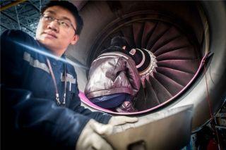 两人协作维护飞机发动机 (摄影:陈松)