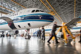 一名技师把顶升设备推过一架航班面前 (摄影:陈松)