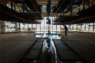在飞机尾坞中,机务人员可对飞机垂直安定面与方向舵进行维修 (摄影:陈松)