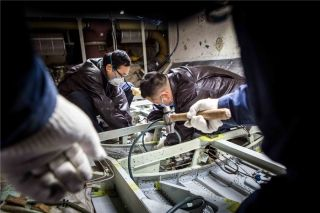 结构工程师对飞机机身结构桁条进行维修 (摄影:陈松)