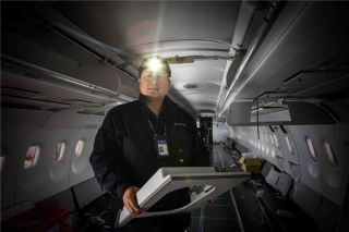 准备安装飞机舷窗的技师 (摄影:陈松)