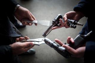 铆抢、气钻、大力钳、铲刀是技师们最常用的维修工具,他们严格执行工具三清点制度,保障维修安全。 (摄影:陈松)