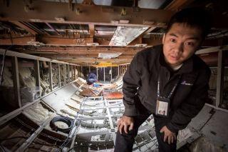 检查飞机货舱结构的技师 (摄影:陈松)