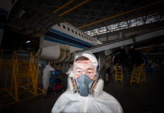 带着防毒面具的技师 (摄影:陈松)