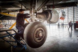 飞机顶升后,机务人员对飞机前起落架进行检修 (摄影:陈松)