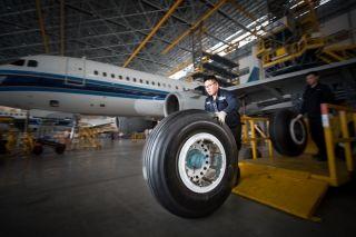技师搬运崭新的飞机主轮 (摄影:陈松)