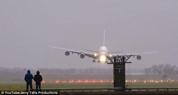 【视频】精彩!A380客机遇强侧风蟹型进场